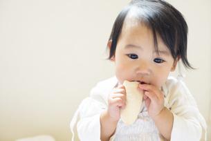 おせんべいを食べている赤ちゃんの写真素材 [FYI04316000]