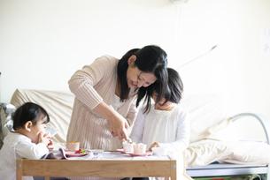 カップケーキにデコレーションしている親子の写真素材 [FYI04316011]