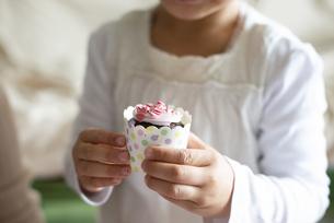 カップケーキを持っている女の子の手元の写真素材 [FYI04316014]