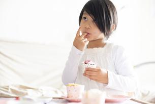 カップケーキにデコレーションしている女の子の写真素材 [FYI04316017]