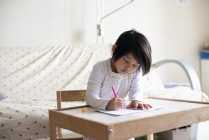 絵を描いている女の子の写真素材 [FYI04316026]