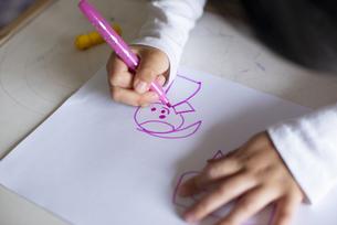 絵を描いている女の子の写真素材 [FYI04316028]