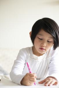リビングでお絵かきをしている女の子の写真素材 [FYI04316044]