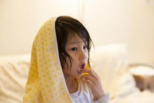 お風呂上がりの女の子の写真素材 [FYI04316064]
