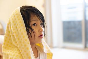 お風呂上がりの女の子の写真素材 [FYI04316065]