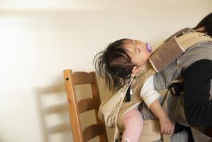 おんぶ姿で寝ている赤ちゃんの写真素材 [FYI04316067]