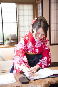 袴姿で筆を持っている女性の写真素材 [FYI04316068]
