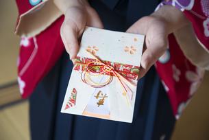 ご祝儀袋を持っている女性の手元の写真素材 [FYI04316090]