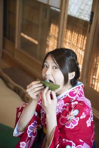 柏餅を食べている着物姿の女性の写真素材 [FYI04316092]