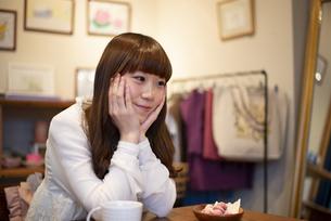 雑貨屋さんで休憩をしている女性の写真素材 [FYI04316133]
