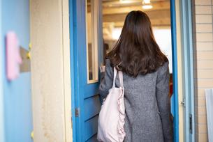 雑貨屋に入っている女性の後ろ姿の写真素材 [FYI04316134]