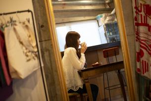 雑貨屋さんで休憩をしている女性の写真素材 [FYI04316136]