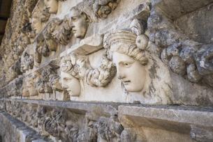 アフロディシアス遺跡並べられた顔レリーフの写真素材 [FYI04316153]