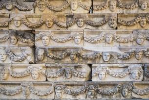 アフロディシアス遺跡並べられた顔レリーフの写真素材 [FYI04316156]