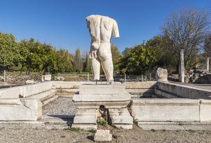 アフロディシアス遺跡浴場神の胴体像を見るハドリアヌス浴場風景の写真素材 [FYI04316164]
