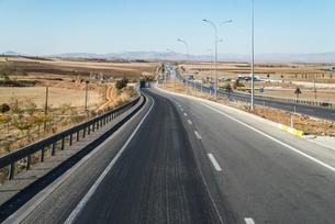 整地された農地の中を走る自動車道の写真素材 [FYI04316174]