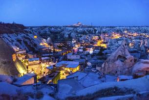 ライトアップされたウチヒサルの要塞を遠くに見る町並み風景の写真素材 [FYI04316182]