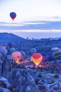 早朝飛行準備をする沢山の気球風景の写真素材 [FYI04316183]