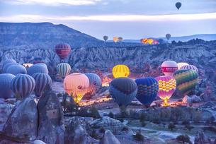 早朝飛行準備する沢山の気球風景の写真素材 [FYI04316185]