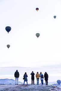 早朝より気球を見学する観光客の写真素材 [FYI04316188]