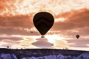 朝焼けの中飛行する気球の写真素材 [FYI04316189]