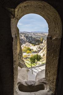 岩窟教会内部より見るギョレメ野外博物館と町並み風景の写真素材 [FYI04316202]