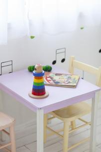 子供部屋のテーブルと椅子と玩具の写真素材 [FYI04316312]