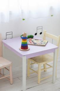 子供部屋のテーブルと椅子と玩具の写真素材 [FYI04316313]