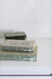 チェストに置かれた本の写真素材 [FYI04316315]