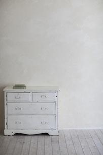 漆喰の壁の部屋にあとチェストとドライフラワーの写真素材 [FYI04316316]