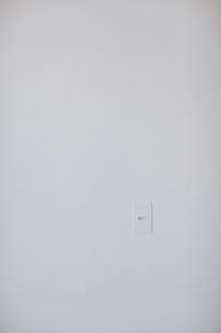 白い壁にあるスイッチの写真素材 [FYI04316324]