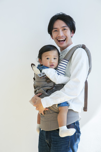 幸せな親子のポートレートの写真素材 [FYI04316448]