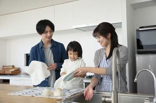 洗い物をする家族3人の写真素材 [FYI04316494]