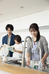 洗い物をする家族3人の写真素材 [FYI04316497]