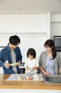 洗い物をする家族3人の写真素材 [FYI04316498]