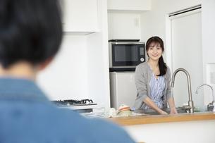 オープンキッチンで話す男女の写真素材 [FYI04316500]