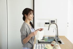 キッチンで家事をする女性の横顔の写真素材 [FYI04316503]