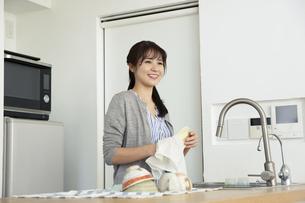 キッチンで家事をする女性の写真素材 [FYI04316506]