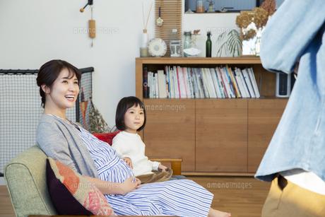 リビングでくつろぐ幸せな家族の写真素材 [FYI04316546]