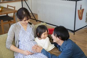 リビングでくつろぐ幸せな家族の写真素材 [FYI04316551]