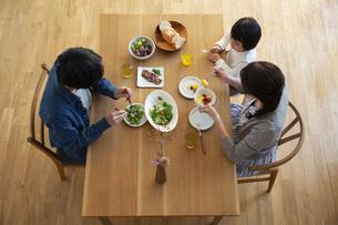幸せな家族の食事風景の写真素材 [FYI04316553]