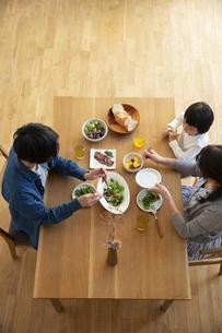 幸せな家族の食事風景の写真素材 [FYI04316554]