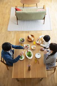 幸せな家族の食事風景の写真素材 [FYI04316556]