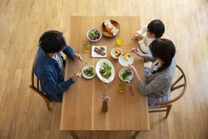 幸せな家族の食事風景の写真素材 [FYI04316557]