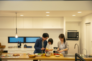 料理をする家族3人の写真素材 [FYI04316563]