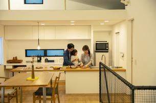 料理をする家族3人の写真素材 [FYI04316565]