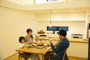 幸せな家族の食事風景の写真素材 [FYI04316577]