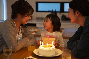 プレゼントをもらい喜ぶ女の子の写真素材 [FYI04316586]