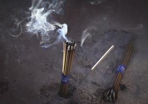 線香の煙の写真素材 [FYI04316720]