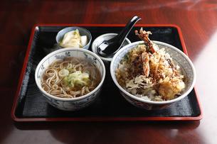 海老天丼と蕎麦のセットの写真素材 [FYI04316844]